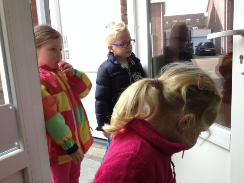 De kinderen uit de straat komen bedelen om snoepjes...