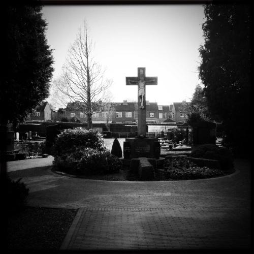Flitsbezoek op het kerkhof, hipstamatic terft de juiste sfeer
