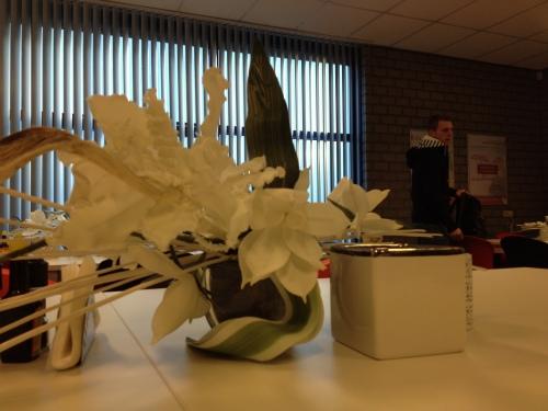 Kunstbloemen op tafel dekken ook hier niet de kale lading.