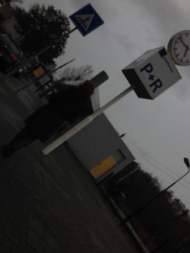 Celine droppen op het station, ze neemt de trein.