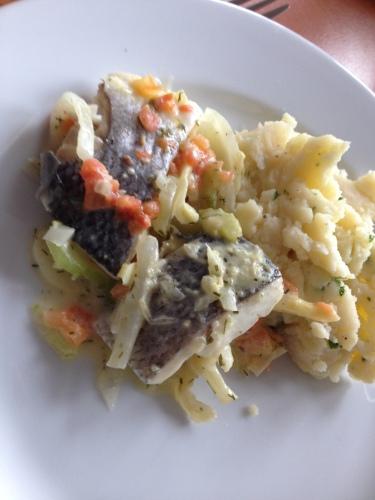 Zeebaars met bearnaises saus, op gesauteerde venkel en aardappelpuree. Lunch Scarabee style. Alleen op vrijdag.