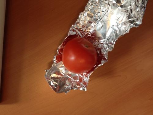Ah...een tomaat. Celine eet altijd gezond.