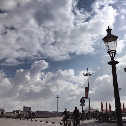 De eerste wolken ..