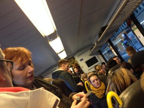 In een propvolle trein hebben de ziektekiemen het voor het uitzoeken. Hatsjoe!!...sorry..