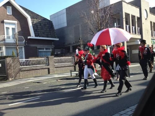 Nog voor  het dorp goed en wel ontwaakt is, zijn de eerste carnavalisten al onderweg naar de markt. Vogeltje wat zing je vroeg..