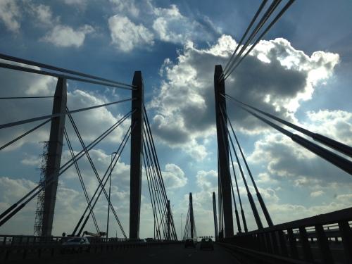 Pijlers die in de wolken lijken te verdwijnen. Luchtiger kan haast niet.