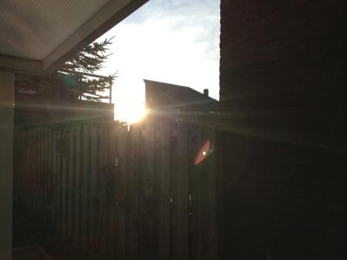 Zonnestralen vullen onze kamer met licht. Een mooi begin van de dag.