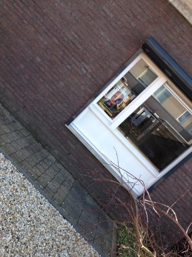 Nu van de voorkant, de man op mijn raam. Jo Paas, lijsttrekken van de ouderenpartij Kerkrade. Ga ik achter staan..