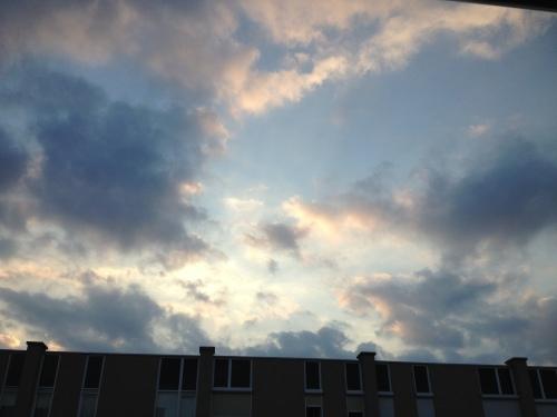 We sluiten af met lucht, gekleurd door de ondergaande zon. Morgen gaan we weer over tot de orde van de dag.