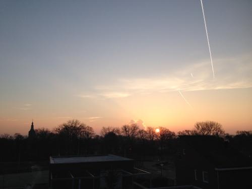 Als een grote ronde vuurbal komt de zon op...