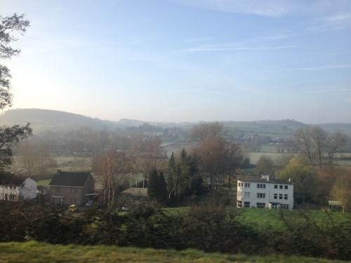 Koude lucht hangt als een dunne sluier over de glooiende heuvels.  Prachtige morgen Limburg!