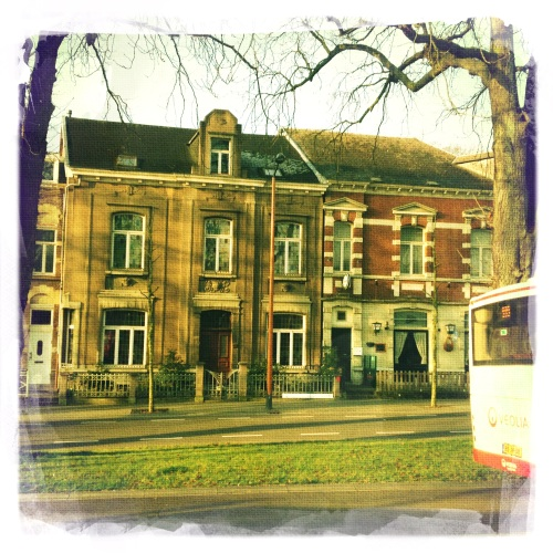 Vanaf Valkenburg moeten we verder per bus. Werkzaamheden aan het spoor zorgen voor deze omleiding. Niet onaangenaam.