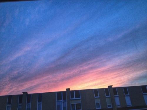 De zon neemt afscheid in kleur. Tot morgen!