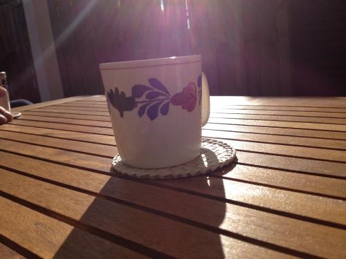Zondag 9 maart, koffie drinken in de tuin terwijl de zon je gezicht verwarmd. Lente!