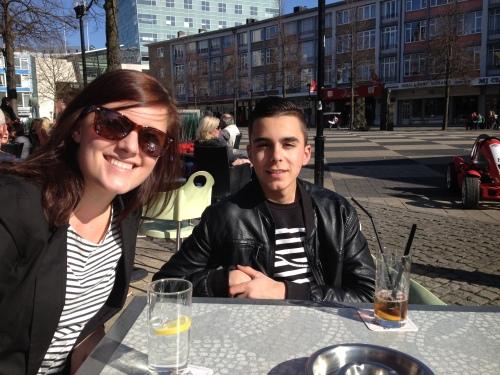 Op de Markt kom ik nicht Liza en neef Dani tegen. Hij is jarig, een goede reden om aan te schuiven en een drankje te doen.