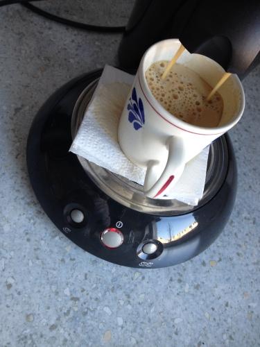 Koffie voor de man, ik sla over. Het smaakt nergens naar.