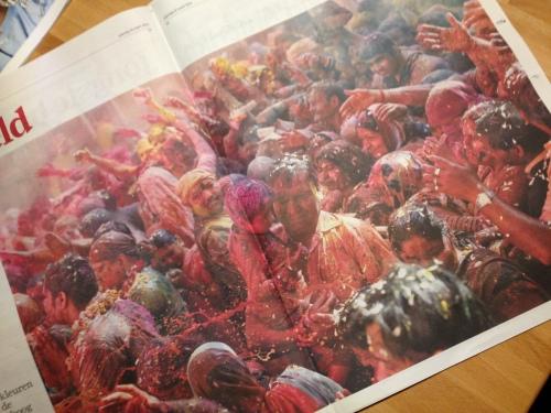 Lentefeest in India wordt gevierd door te strooien met gekleurd poeder. Geeft ons een kleurige middenpagina