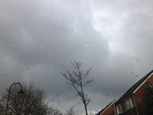 De lucht is net zo donker als mijn bui...