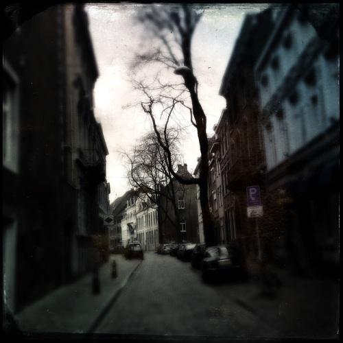 Maastricht kijkt een beetje nors vandaag. Zal het weer wel zijn.