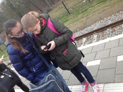 Deze twee meisjes hebben er geen oog voor, de whatsapp lijstjes moeten worden gecheckt.
