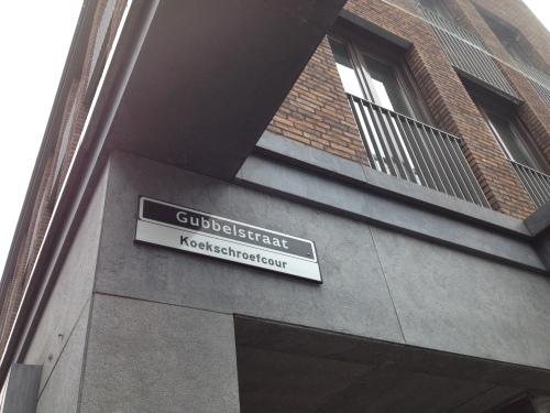 Snel naar het hotel om de hoek voor een factuur. Dit bordje valt me nu pas op. De vertaling van Gubbelstraat is Koekschroefcour?...rare lui die Maastrichtenaren