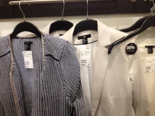 Bij H&M zijn jasjes in de uitverkoop. Welke is het geworden denken jullie?