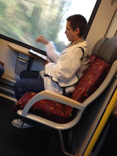 Terug naar huis. De man met het witte jasjes vraagt naar het systeem waarmee we reizen. OV chip, abonnement, jaarkaart...