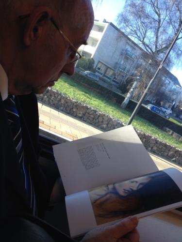 De oude man nast me is verdiept in een brochure van Tefaf. Af en toe brengt hij het blad heel dicht bij zijn ogen. Herinnert mij aan mijn moeder. Alleen zette zij dan haar bril af.