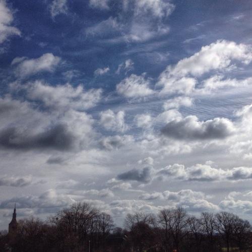 Ik ben in de wolken als ik boven op het balkon ga staan.