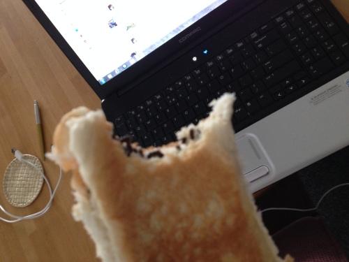 Ik eet een broodje met hagelslag omdat ik toch niets proef. Logica is ver te zoeken.