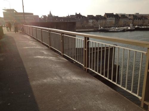 Wat is dit nou?...ja, strooizout op de brug...