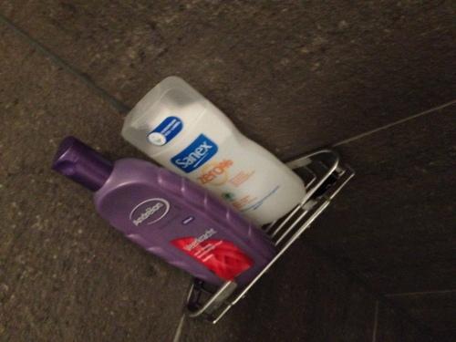 Het zeepbakje hangt, ook al gebruiken we geen zeep..een kniesoor die daar op let