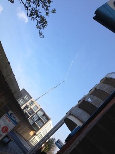 In het centrum wordt het oude V&D gebouw gesloopt. De watersproeier neemt het niet zo nauw..Rennen!!