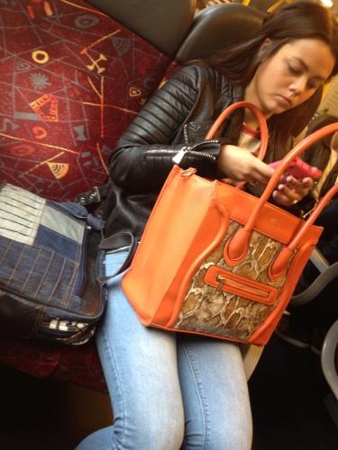 Zij heeft ook een grote tas, twee zelfs en voor een van de twee heeft ze een kaartje gekocht.