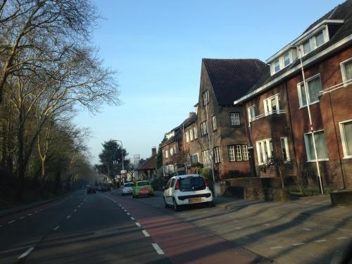 Dagelijkse rit naar het station. Ik houd het meest van ons dorp zo 's morgens vroeg. Nog bijna geen mensen op pad en de zon die grillige schaduwen gooit op statige huizen. Liefde!