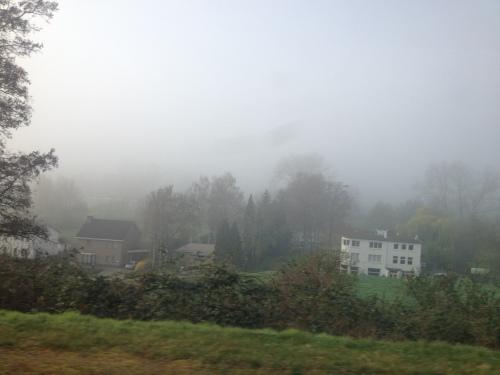 Onderweg...de groene heuvels verdwijnen in een laag van mist.