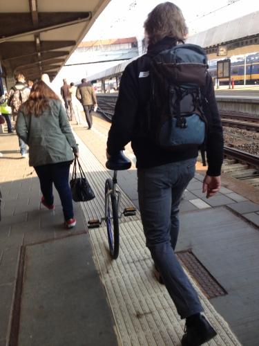 Maastricht, uitstappen! deze man neemt elke dag zijn eenwieler mee.