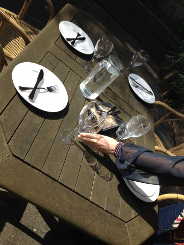 We eten buiten want de zon schijnt volop