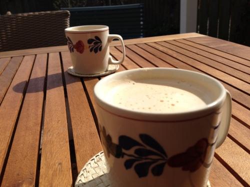 Tijd voor koffie, weer lekker buiten in de zon