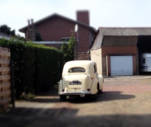 Ik ga het dorp in. Wat een schattige auto!