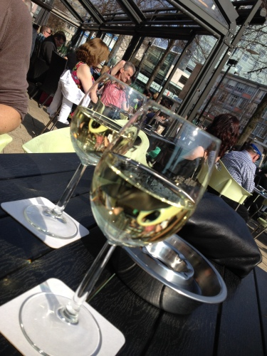 Met vriendin Annie op het terras in de zon en aan de wijn. La vie est belle.
