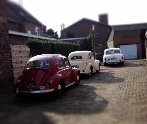 Het oude autootje heeft gezelschap gekregen. Oldtimers united.