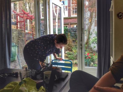 maakt onze dochter nog snel een stoel schoon. Stoelen in tuinen en vogels...tel uit je winst.