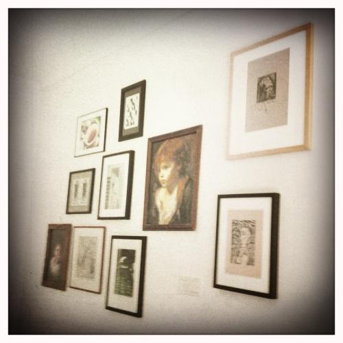 Een muur vol kunst en kitsch..een perfecte combinatie