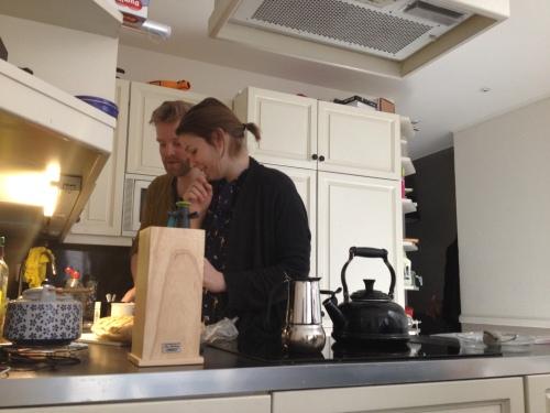 Gezellig samenzijn in de keuken. Gesprekken over muizen, feestdagen en vakantie