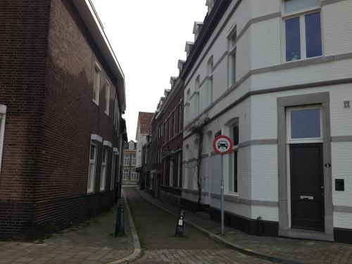 Ook in Wijck zijn mooie smalle steegjes te vinden met oude panden en prachtige lantarens.
