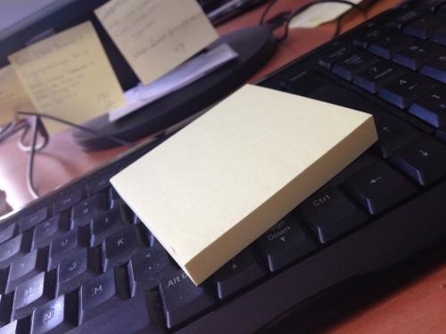 Post it, overal op mijn bureau en aan mijn beeldscherm kom je ze tegen.