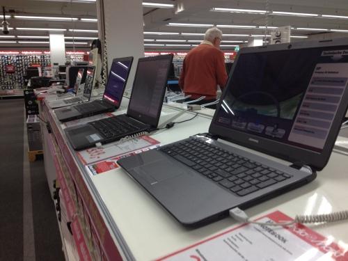 Nu we toch bezig zijn rijden we naar de mediamarkt. Een nieuwe laptop is geen overbodige luxe. Helaas, die Duitsers hebben een ander toetsenbord...net op tijd ontdekt. Met dank aan collega Roy..