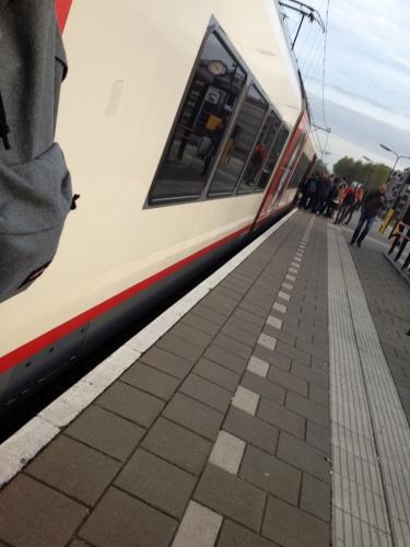 Kleine trein, veel reizigers. Dringen geblazen