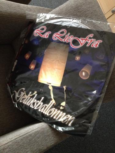 Ik heb vandaag een geluksballon gekocht, De dag dat mijn dochter weer voet op eigen bodem zet gaat deze de lucht in. Voor vandaag ben ik er klaar mee. Dag dag, tot morgen!